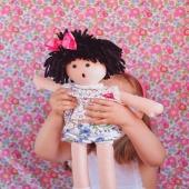 ¡Por fin los peques de vacaciones!🏖 Es el tiempo de jugar y pasarlo bien (aunque siempre hay tiempo para repasar algunos deberes del cole 😉).  Y la muñeca más especial para llevarse a todas partes es Cuini. ¿Lo más divertido? Que puedan ponerle sus lazos y cambiarle los vestidos.  ▶︎ Cuini lleva pinza con lazo de faya y vestido de florecitas. ¡Y a jugar!  #muñecacuini #muñecaniña #munecanina #munecadetrapo #complementosmuneca #espiguilla #tejidoespiguilla #lazos #lazosdealgodon #lazosinfantiles #complementosparaniñas #empresaespañola #marcaespaña #complementosinfantiles #lazosparaniñas #madeinspain #marcaespanola #accesoriosinfantiles #adornosparaelpelo #diademasniña #diademas #cuini #cuinimadrid #vichyprint #texture