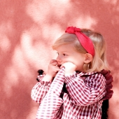 Luces y sombras de un día de primavera. 🌾 El solecito empieza a calentarnos la cara. La manga larga no sobra pero las niñas empiezan a lucir los vestiditos y a disfrutar de los días más largos.  📸Olivia lleva diadema con nudo de rafia en tono rojo. ¡Disponible también en beige!  #rafia #diademaderafia #redinspiration #justred #lazosparaniñas #madeinspain #marcaespanola #accesoriosinfantiles #adornosparaelpelo #diademasniña #diademas #diademasparaniña #cuini #cuinimadrid