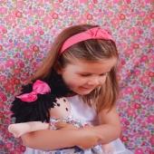 ¡Carlota y Cuini a todas partes juntas! 🥰Inseparables. 🥰 Y es normal, porque Cuini es blandita y tiene un tamaño ideal para que acompañe a nuestras peques en sus aventuras.  Además pueden compartir lazos  Yy Cuini tiene su propio armario para llenar con nuestra colección de vestidos a medida!👗  📸 Carlota lleva diadema con nudo relieve en color rosa y Cuini pinza con lazo de faya fucsia .  #muñeca #muneca #complementosmuñeca #girldoll #doll #diademaconnudo #diademanudo #lazosdealgodon #lazosinfantiles #complementosparaniñas #empresaespañola #marcaespaña #complementosinfantiles #lazosparaniñas #madeinspain #marcaespanola #accesoriosinfantiles #adornosparaelpelo #diademasniña #diademas #cuini #cuinimadrid #vichyprint #texture