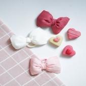 ¡Viva el rosa! Coletero de lino en tonos rosa claro, rosa oscuro y blanco. ¡Aunque hay muchos más colores! Es uno de los clásicos de nuestra coletero. Pero este año hemos incorporado un diseño nuevo que ya os hemos enseñado en más de una ocasión. Se trata de nuestra diadema con un nudo en la parte superior.  ¡En breve la veréis al detalle!  #lino #lovelinen #linolover #complementosinfantiles #lazosparaniñas #madeinspain #marcaespanola #accesoriosinfantiles #adornosparaelpelo #diademasniña #diademas #cuini #cuinimadrid
