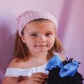 Piratas que sientan así de bien. ¡Y es que nuestro estampado vichy no falla!  Carlota lleva el modelo en tono rosa pero hay seis colores. Este modelo se ajusta con un coletero en la base para que no resbale. ❤️ La modelo lleva a nuestra muñeca Cuini en las manos con coletero de lazo faya azul en el pelo. 👈🏻  ¡No le falta detalle!  #vichyprint #pirata #pañueloniña #pirataniñas #justpink #pinklovers #lazosinfantiles #complementosparaniñas #empresaespañola #marcaespaña #complementosinfantiles #lazosparaniñas #madeinspain #marcaespanola #accesoriosinfantiles #adornosparaelpelo #diademasniña #diademas #cuini #cuinimadrid #texture