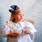 Como una muñeca de porcelana... Así de bonita está nuestra pequeña Olivia con su diadema con lazo de algodón en color marino. Una propuesta llamativa que nos parece ideal para cualquier evento. ¡Disponible en muuuuuchos colores!  🕊Pásate por nuestra web y si tienes dudas escríbenos a info@cuini.com.🕊  #bandadelycra #lycra #pink #justpink #summerlover #lovesummer #complementosinfantiles #lazosparaniñas #madeinspain #marcaespanola #accesoriosinfantiles #adornosparaelpelo #diademasniña #diademas #cuini #cuinimadrid