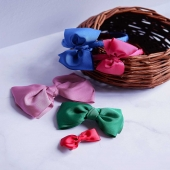 ¡Nuestros lazos de faya en diferentes colores y formatos!  Diadema forrada con el lazo de faya en dos tamaños, pinza con lazo de faya de 100mm y 24 mm y pasador. ¿Cuál de los formatos te gusta más? ¿Y qué nos dices de los colores?  🎀Pásate por nuestra web y ficha todos los colores disponibles de cada modelo.🎀  #lazodefaya #lazos #lazosdealgodon #lazosinfantiles #complementosparaniñas #empresaespañola #marcaespaña #complementosinfantiles #lazosparaniñas #madeinspain #marcaespanola #accesoriosinfantiles #adornosparaelpelo #diademasniña #diademas #cuini #cuinimadrid #vichyprint #texture