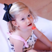 Ya os hemos comentado en alguna ocasión lo que nos gusta el negro para combinar con un look ya sea casual como el que lleva Olivia como con uno más vestido para evento por ejemplo.  📸En la foto, Olivia lleva el lazo negro con pinza de algodón. El lazo queda fijado a la pinza para que no se mueva y la pinza al pelo de la peque para que no resbale.  https://www.cuini.com/es/pinzas/115-ranita-lazo-algodon.html#/38-color-negro  👉🏻¡En la calidad de los materiales está la diferencia!  #algodon #pinzalazoalgodon #lazosdealgodon #lazosinfantiles #complementosparaniñas #empezaespañola #marcaespaña #complementosinfantiles #lazosparaniñas #madeinspain #marcaespanola #accesoriosinfantiles #adornosparaelpelo #diademasniña #diademas #cuini #cuinimadrid #vichyprint #texture