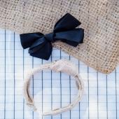 ¿Quién ha dicho que el negro no es para las niñas?  En Cuini nos encanta ¡y creemos que es una tendencia que está en auge! Combinar este tipo de lazos con un vestido delicado y especial puede ser la opción perfecta para el look de invitada de tu peque. ¿Te animas?  ▶︎ Lazo negro de algodón con pinza  y diadema de rafia con nudo en color beige.  #black #blackinspiraction #blacklace #complementosinfantiles #lazosparaniñas #madeinspain #marcaespanola #accesoriosinfantiles #adornosparaelpelo #diademasniña #diademas #cuini #cuinimadrid